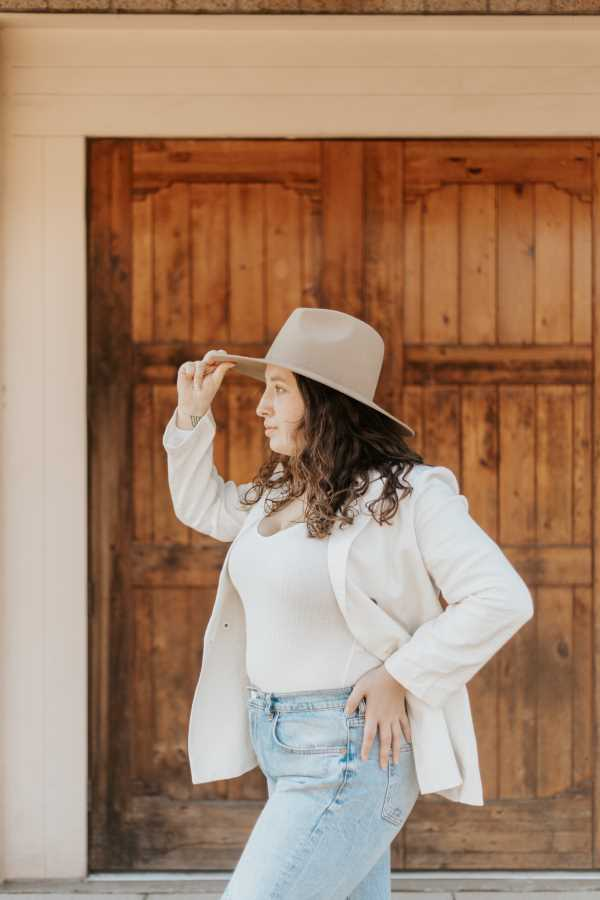 what to wear with mom jeans  in spring